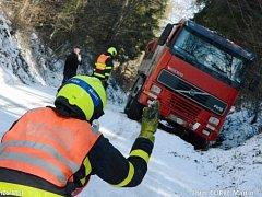 Namrzlá a zasněžená silnice se ve čtvrtek stala pastí pro řidiče polského kamionu značky Volvo, který uvízl na hranici Hlubočce a Bílovce.