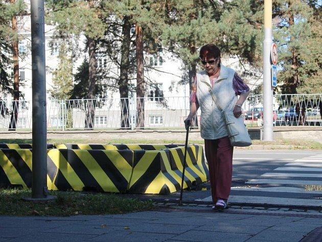 Mobilní ostrůvky chrání chodce u tří přechodů na Olomoucké ulici.