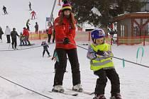 Ideální podmínky pro sjezdové lyžování si nenechaly ujít stovky lyžařů. Mrazy držely sníh na svém místě, takže šla na kopci nabrat i větší rychlost.