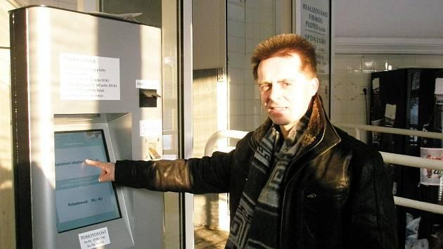 Kamil Bublík z Vítkova kupuje v automatu v areálu opavské nemocnice lístek své dceři.