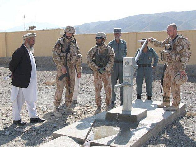 Hospodářská pomoc v Afganistanu je široká, Češi zde zajišťují třeba nové zdroje pitné vody. Na vojácích pak je uhlídat, aby tuto práci nikdo neničil.
