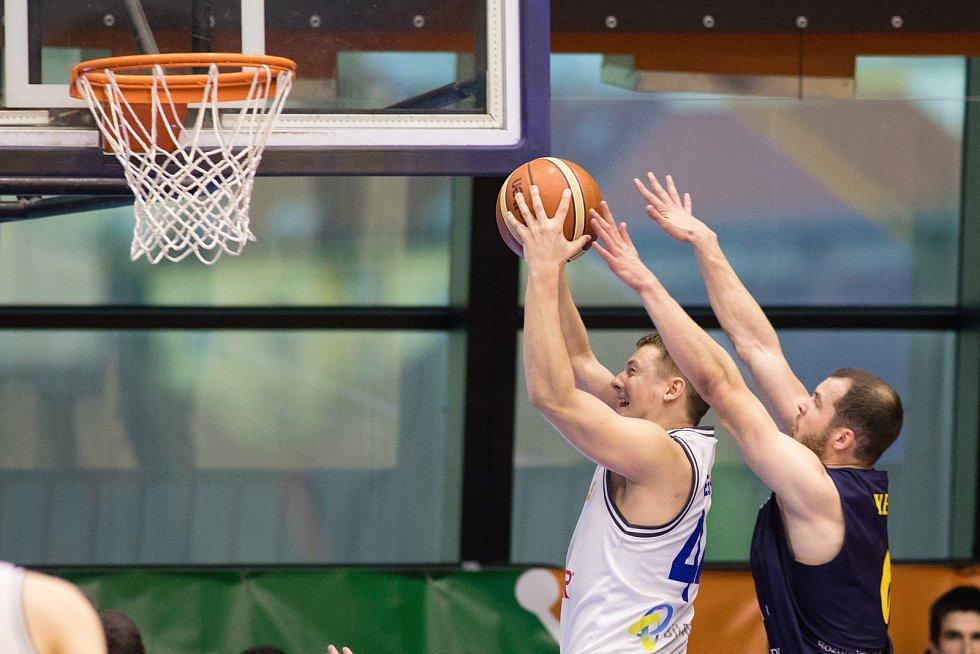 Pátý zápas čtvrtfinále playoff Kooperativa NBL mezi USK a BK Opava hrané v Praze v hale na Folimance. Lukáš Feštr (usk), Radim Klečka (o).