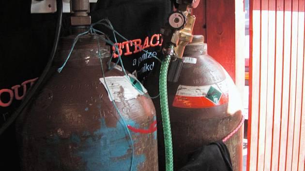 Nebezpečné balonky. Hasiči na velikonočním jarmarku v Opavě zajistili láhve se zatím neznámým výbušným plynem.