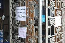 Tři dny. Právě tolik času dostalo třináct firem sídlících v opavském obchodním domě Breda k vyklizení prostor. Vše bez jakéhokoli varování předem. Důvodem je prý neopravitelná závada na elektroinstalaci.