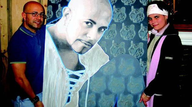 Ivana Štenclová (vpravo) předává Osmanymu Laffitovi jeho portrét.