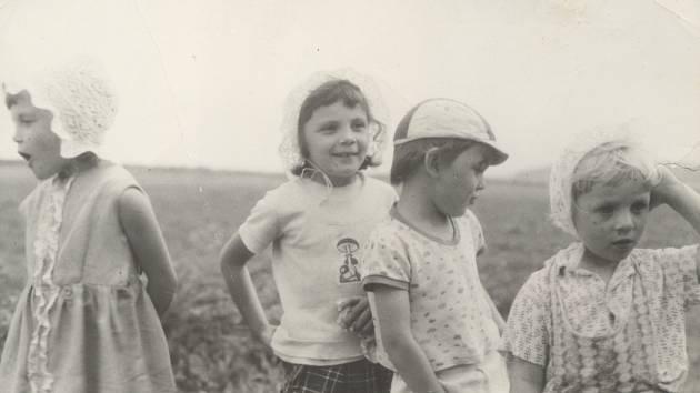 Vnoučata při pravidelných návštěvách své stařenky a staříčka (prarodiče) v Dolních Životicích-Herticích.