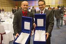 Generální ředitel Ostroje Dalibor Kunčický (vpravo) a starosta Otic Vladimír Tancík mají důvod k radosti.