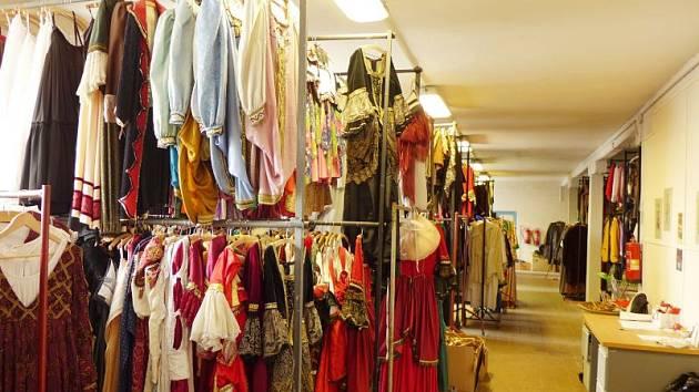 Sklad kostýmů Slezského divadla čítá tisíce kostýmů.