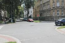 Na křižovatce ulic Riegrově a Veleslavínově to je někdy pěkný chaos.
