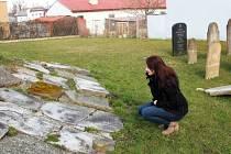 Michaela Lindovská na pietním místě, kde jsou umístěny náhrobky z původního židovského hřbitova.
