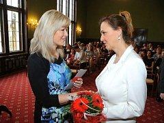Simona Bierhausová (vpravo)