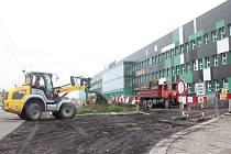 V jedno velké staveniště se proměnil prostor parkoviště před administrativní budovou opavské společnosti Ostroj, která se nachází v Těšínské ulici. Buduje se zde totiž nová parkovací plocha a o kousek dál také nová výrobní hala.