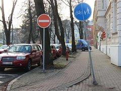 Pokřivená značka se nachází i na ulici Na Rybníčku v Opavě, hned u redakce Deníku.