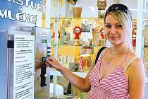 Automat na mléko v době své slávy loni v létě v prodejně Terno v Jaktaři. Dnes byste ho tam hledali marně.