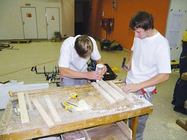 Truhláři Středního odborného učiliště stavebního v Opavě během soutěže.