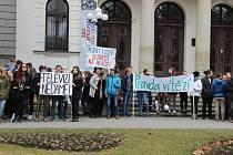 Asi tři sta studentů se shromáždilo ve čtvrtek v pravé poledne před historickou výstavní budovou Slezského zemského muzea.