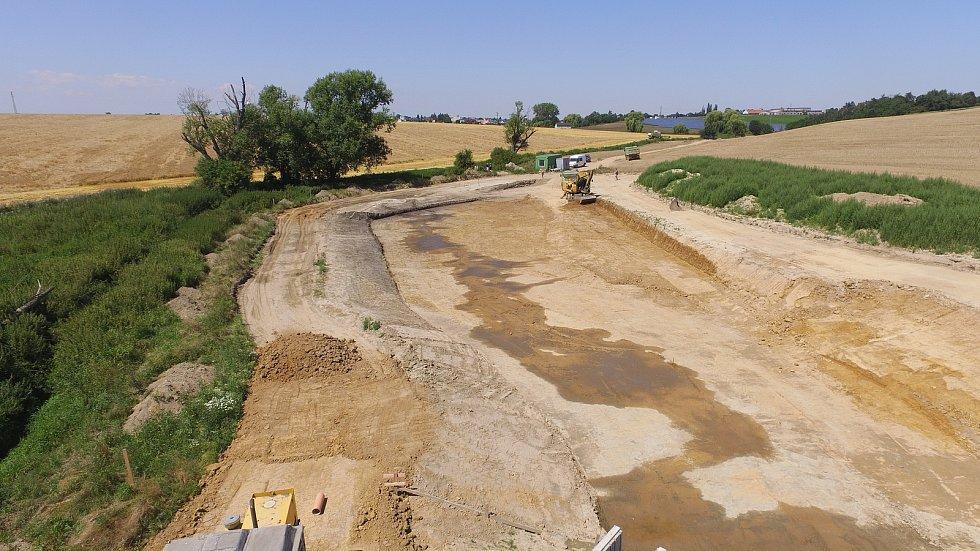 Snímek ze stavby vodní nádrže.