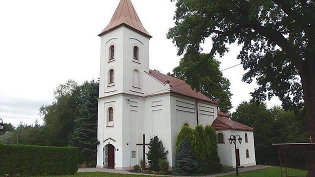 Kaple stojí na kraji obce.