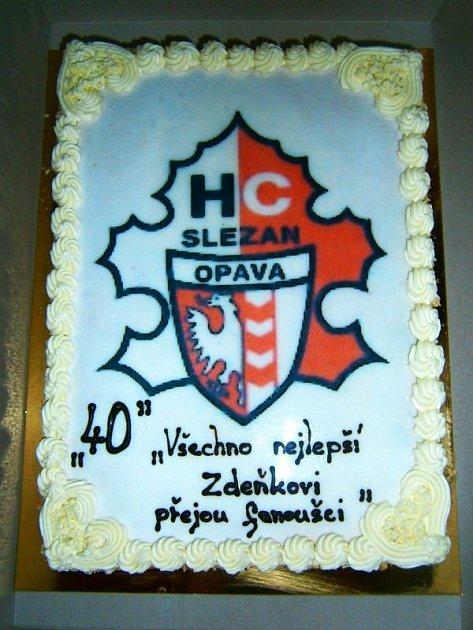 Fanoušci popřáli Zdeňku Pavelkovi a přinesli mu dort.