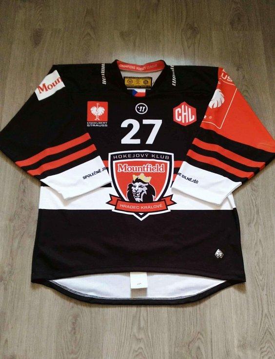 Oskars Cibulskis - dres HK Mountfield Hradec Králové podepsaný všemi hráči.