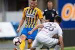 Brno - Zápas 6. kola fotbalové FORTUNA:LIGY mezi SFC Opava a MFK Karviná 25. srpna 2018 na Městském stadionu v Brně. Matěj Hrabina (SFC Opava) a Bojan Letić (MFK Karviná).