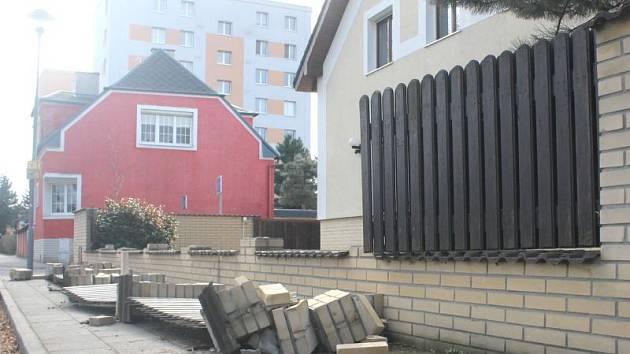 Opravu plotu, který po utkání s Baníkem zdemolovali fanoušci SFC, nemusí platit opavský klub. Majiteli plotu Petru Ježkovi náklady na rekonstrukci uhradí pojistka.
