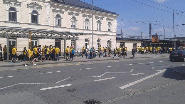 Fanoušci Slezského FC před odjezdem na východním nádraží.
