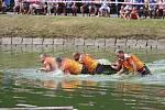Hasiči čelili jamnickému rybníku, překonávali jej po úzké lávce.