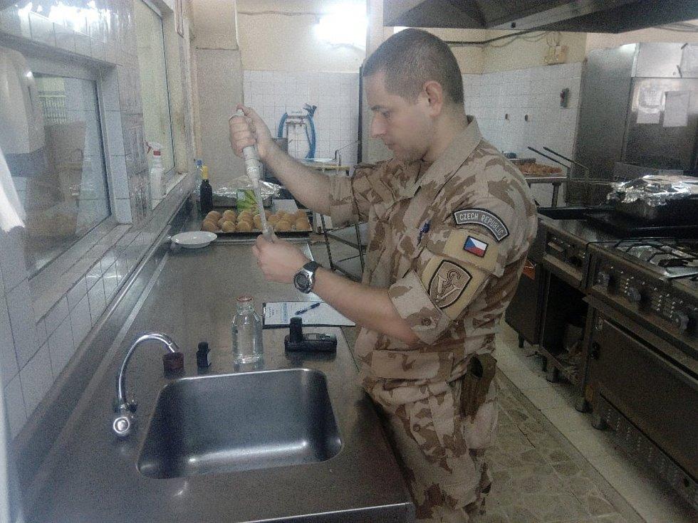 Kapitánovi L. T. se díky důsledným hygienickým kontrolám podařilo zlepšit zdravotní podmínky vojáků vMali.