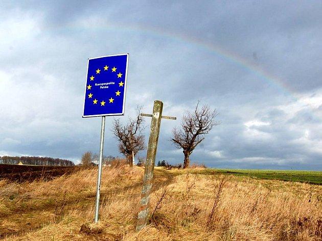 Rzeczpospolita Polska.  Taková tabule vás vítá na polské straně hranic  u Holasovic.