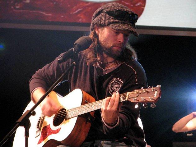Richard Krajčo svým známým písním vytvořil speciální aranžmá. Spolu s ním si zazpívali také opavští umělci.