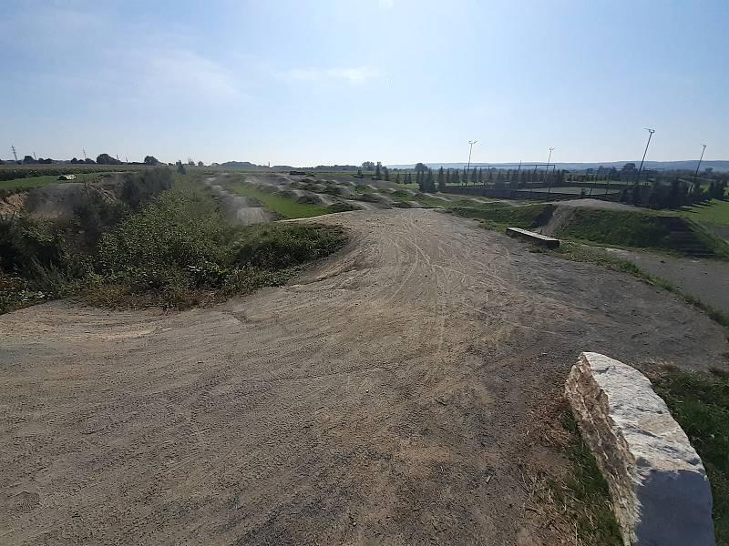 Pumptracková dráha ve sportovním areálu.