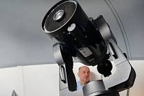 Tomáš Gráf obsluhuje astronomické přístroje při slavnostním otevření observatoře.