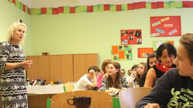 Kamila Tkáčová (vlevo) seznamuje žáky základních škol s Projektem Emise.