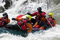 Profesionální hasiči se učili zachraňovat na divoké vodě.