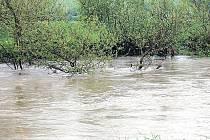 Pátek dopoledne, řeka Opava v Háji ve Slezsku. Dvou set desíti centimetrů, tedy stupně bdělosti,  přesáhla řeka v těchto místech okolo deváté ranní a stále stoupala.