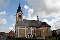 Kostel sv. Kateřiny stojí ve středu obce.