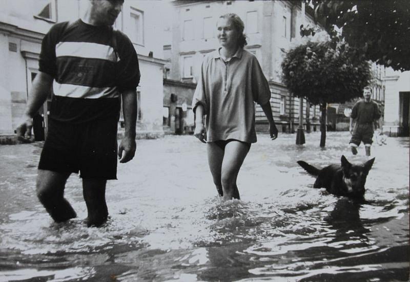 Snímek zaplavené ulice Pekařské, napravo je vidět podloubí vedoucí ke křižovatce s Nákladní.