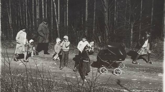Společné chvíle si rodina užívala především na procházkách v přírodě, do lesa děti utíkaly každý den.