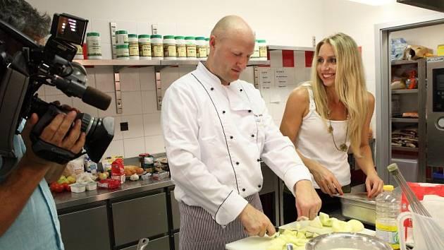 Aleš Pelka při natáčení s redaktorkou a moderátorkou Michaelou Novou.