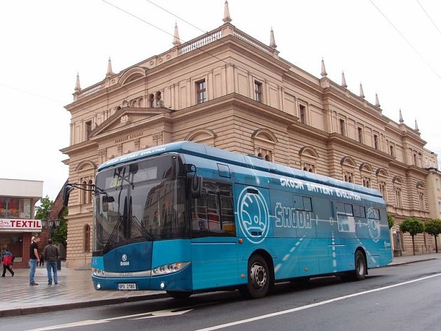 Elektorbus Perun před divadlem.