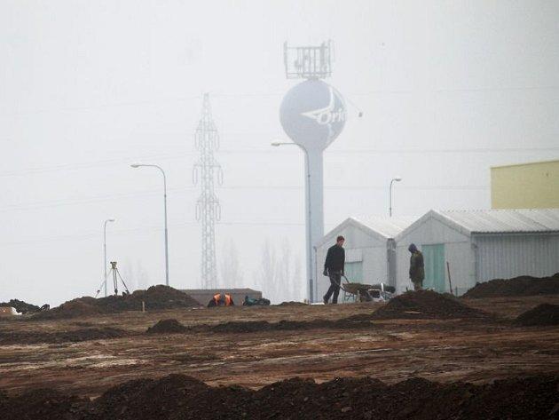 V okolí Opavie ve Vávrovicích v pondělí v mlze a smogu pracovali dělníci. Jedná se o obrovské staveniště.