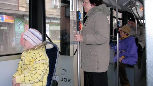 Mladí a starší lidé se v autobusech a trolejbusech městské hromadné dopravy většinou vždy domluví.