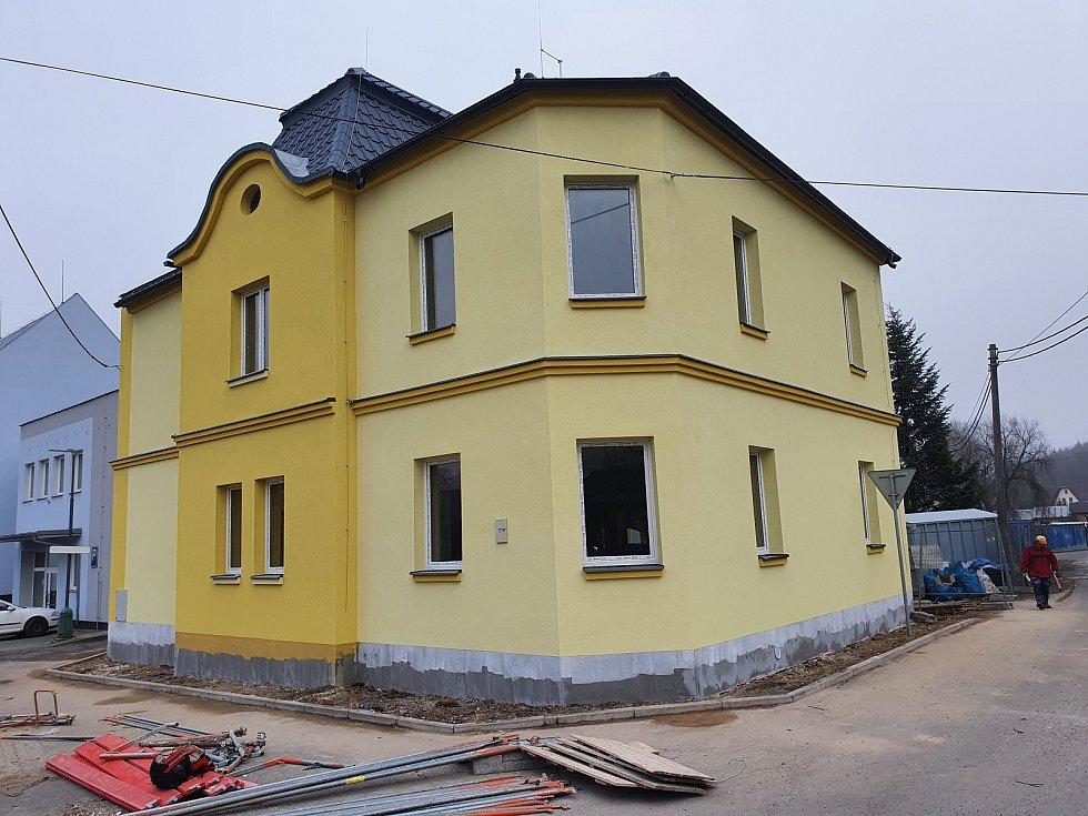 Stavební úpravy bytovky v Partyzánské ulici.