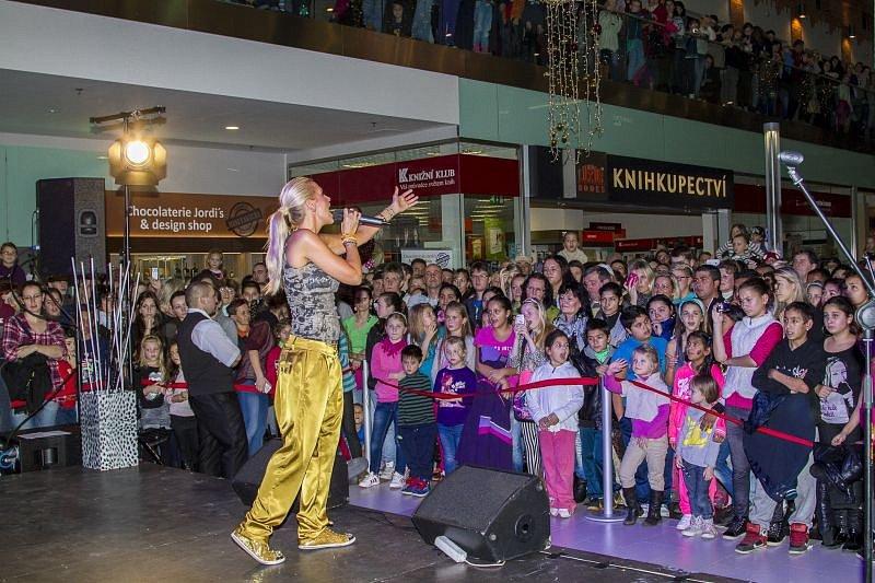 Dvouleté výročí oslavilo obchodní centrum Breda & Weinstein. Opavskému publiku zazpívala i Dara Rolins.