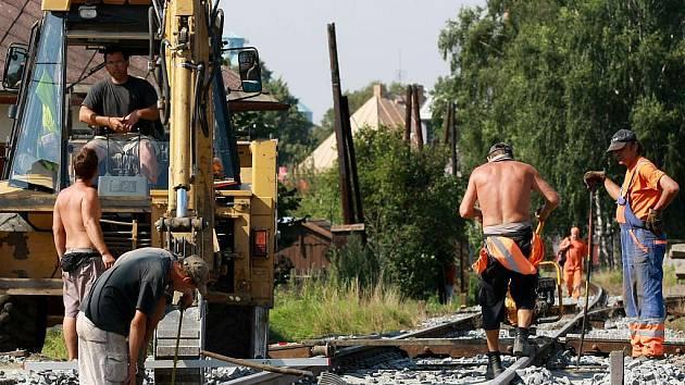 Ještě dnes neprojedete Krnovskou ulicí, kde se opravuje železniční přejezd.