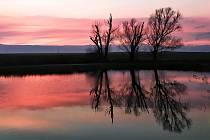 Podzimní západ slunce u tůňky.