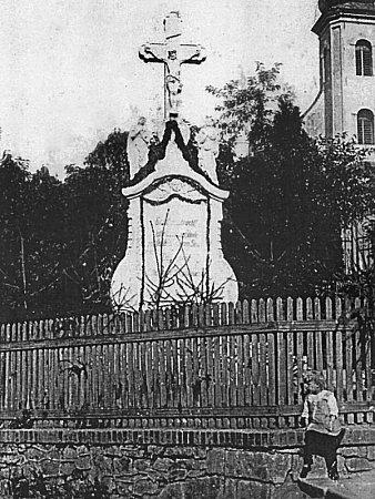 Historická fotografie kříže, jehož nápis se Josef Hlubek pokoušel rozluštit celá léta.
