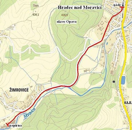Červenou barvou na mapě je vyznačena pravděpodobná trasa, kudy procházela úzkokolejná trať.