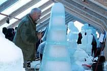 Ve speciálně upraveném stanu, který je nazván Ledová galerie, se návštěvníci mohou setkat se skutečnými sochařskými skvosty vyrobenými z ledu.